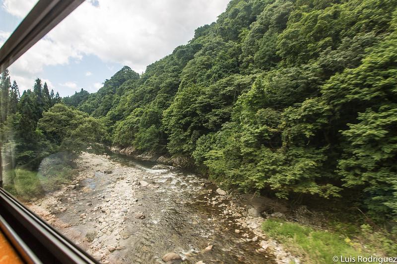 Tren de la línea Akita Nairiku cruzando ríos en Akita
