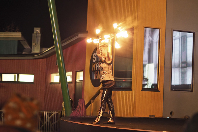 karmiva karnevaali tulennielijä