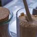 Brauner Zucker in einem Glas mit einem Holzlöffel