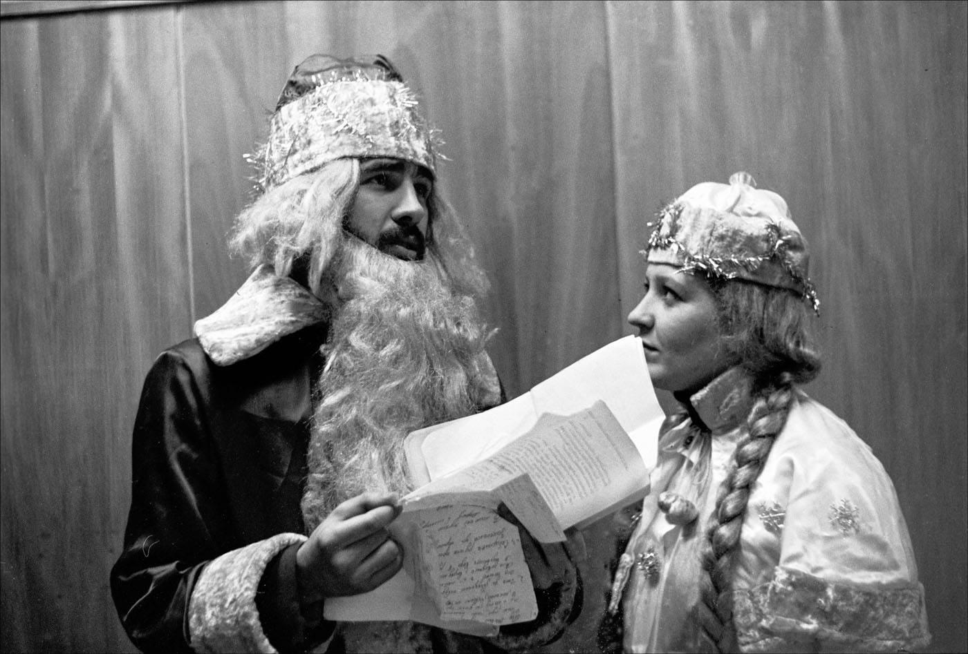 1987. Фирма «Заря» проводит конкурс среди желающих поработать в Новый год Дедами Морозами и Снегурочками. Москва