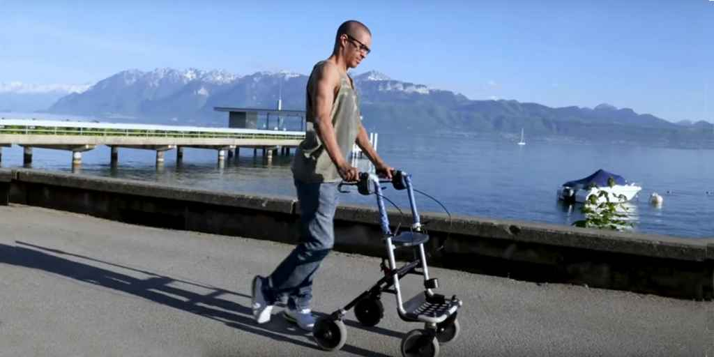 Un implant permet à un homme de marcher à nouveau