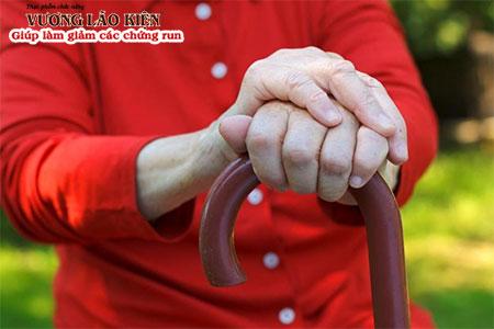 Chứng bệnh run tay có thể xuất hiện ở cả người già, người  trẻ