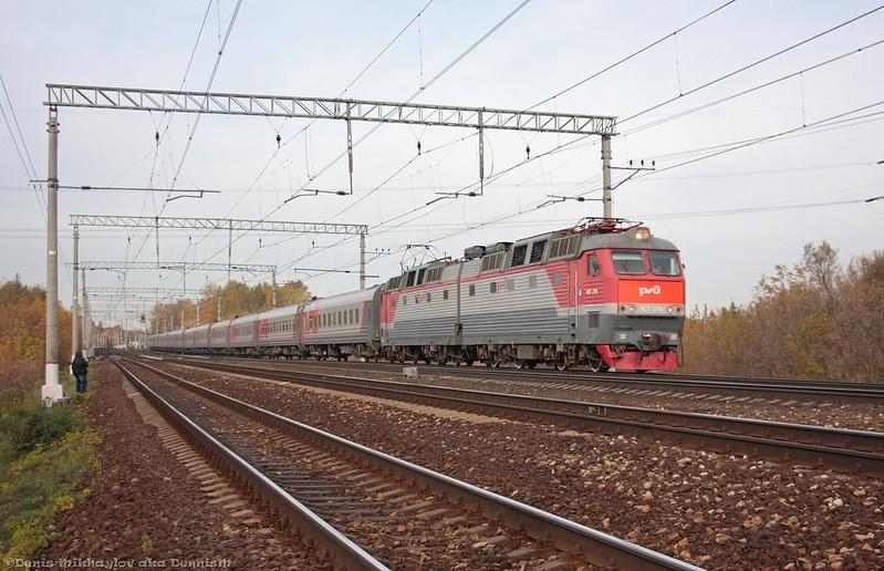 Электровоз ЧС7-279 с пассажирским поездом Москва - Анапа.
