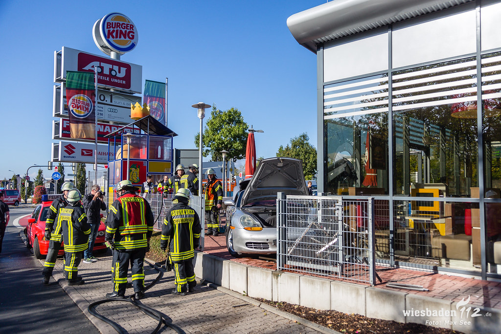 PKW kracht in Burger King Filiale