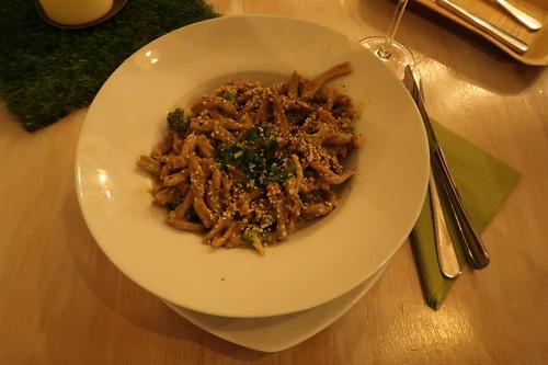 Pasta ai Broccoli (Ceppe aus Emmer-Kamut-Mix an Mandelmus mit Broccoli und Hanf)