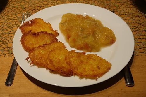 Kartoffelpuffer mit Apfelkompott (mein 1. Teller)