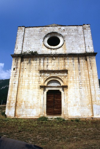 Capoprciano (AQ), 1979 circa, Tratturo L'Aquila - Foggia, Greggi di ovini, abbeveratoi e Chiesa di Santa Maria dei Cintorelli.
