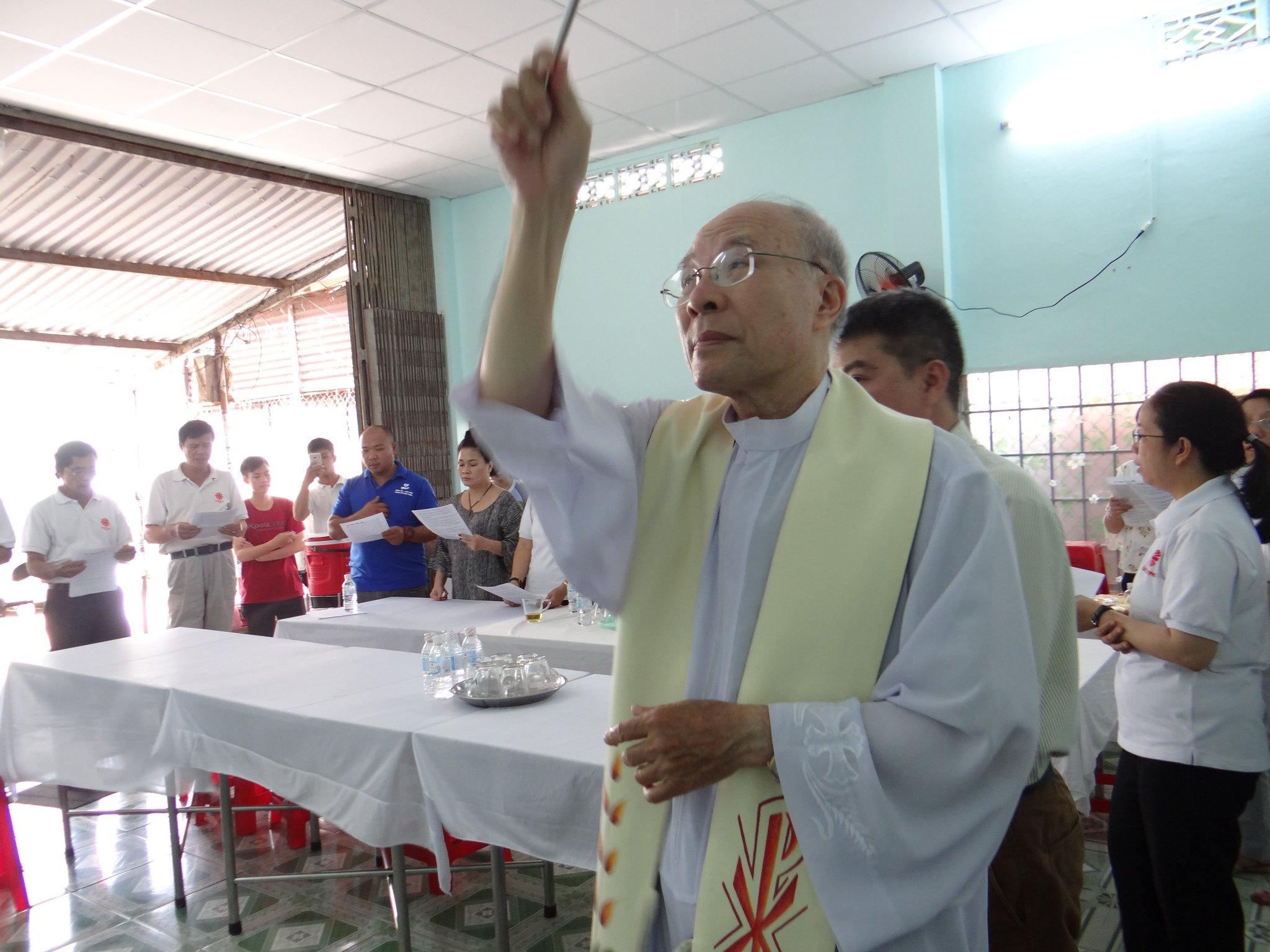 Caritas TGP Sài Gòn - làm phép nhà Quán Cơm Trưa Sinh Viên 5000 Đồng
