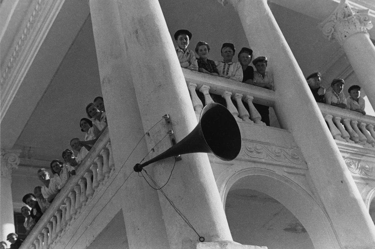 1938. Выходной день (Посетители автомобильной выставки)
