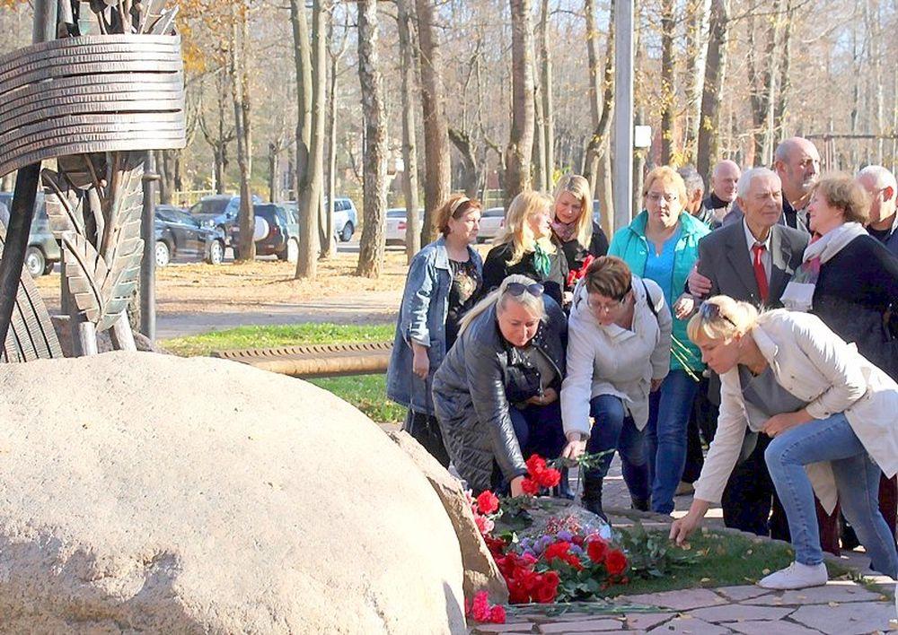 Возложение цветов к памятнику, установленному в честь тренера, педагога Валерия Михайловича Петрова