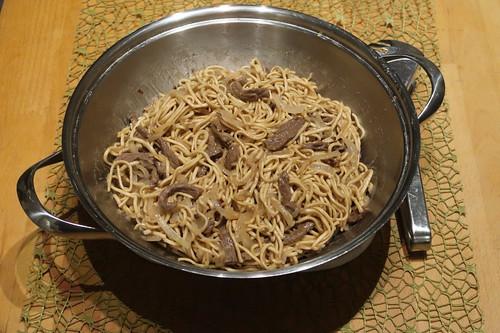 Rindfleisch mit Zwiebeln und Mie-Nudeln (noch im Wok)