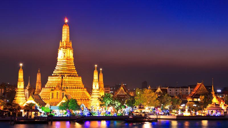 Vihara Arun (Wat Arun) di Bangkok, Thailand, salah satu destinasi wisata saat liburan ke Thailand.