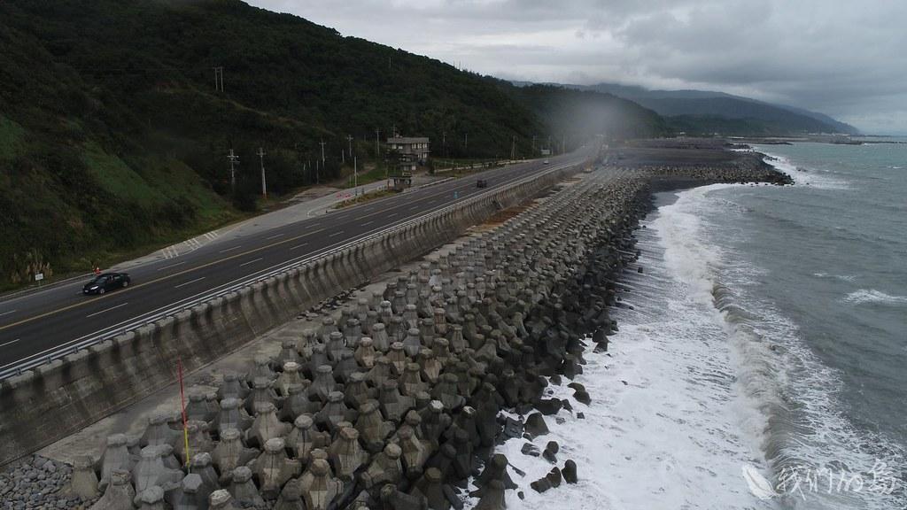 984-1-7為了保住公路,公路單位祭出各種海岸工法,大型消波塊當然不能少。