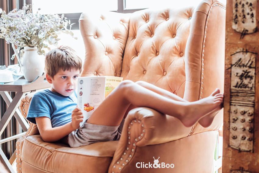 Este pequeño se nos hace mayor y ya ha empezado primero de primaria. Está entusiasmado con sus libros de Rasi, que para él es algo muy de mayores, ya que siempre se los veía a Diego.