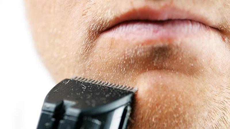 Mencukur kumis dan janggut tergantung situasi rambut Anda.