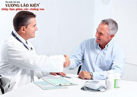 Bác sĩ sẽ là người giúp bạn tìm ra nguyên nhân gây run tay chân