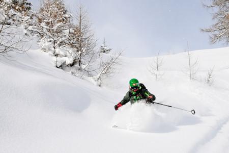 Vyzkoušet první oblouky mimo sjezdovku, otestovat hromadu freeridových lyží, dostat se do míst, kam byste si sami netroufli, kopírovat lajnu významného českého freeridera, orientovat se v lavinové prevenci a záchraně,...