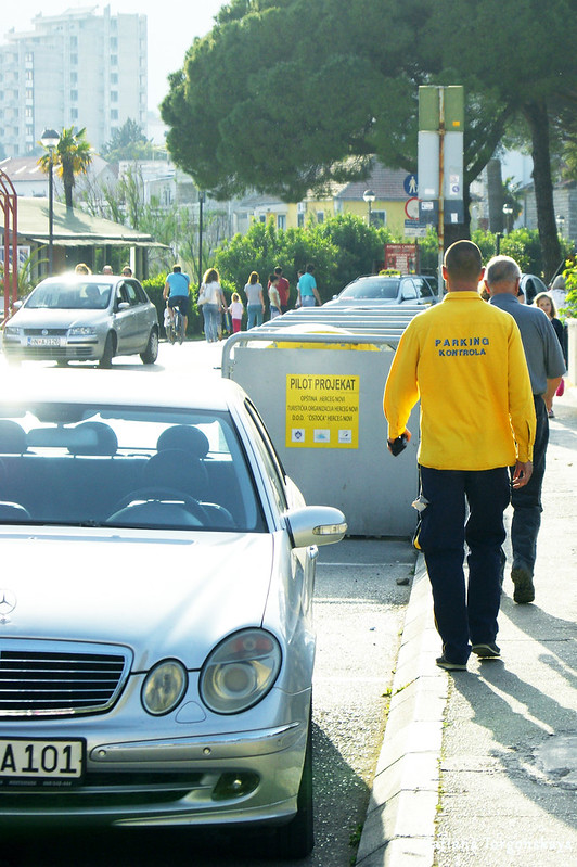 Сотрудник паркинг-сервиса в Херцег Нови