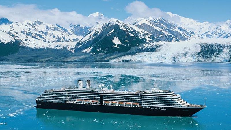 Kapal pesiar menjelajahi Alaska.
