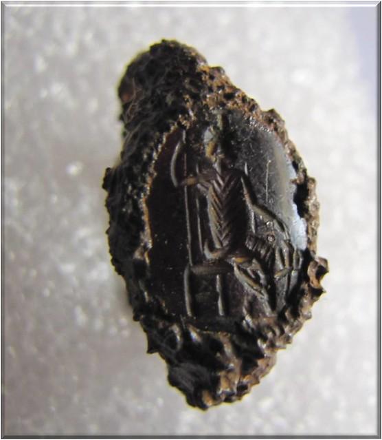Σιδερένιο δαχτυλίδι ρωμαϊκών χρόνων. Φέρει σφραγιδόλιθο με απεικόνιση Σαράπιδος καθήμενου σε θρόνο που συνοδεύεται από τον Κέρβερο