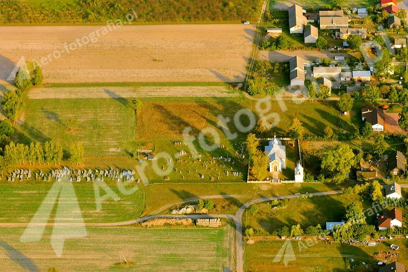 Niewielka Cerkiew wraz z cmentarzem.