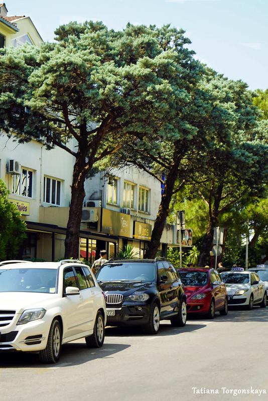 Городская уличная парковка в Тивате