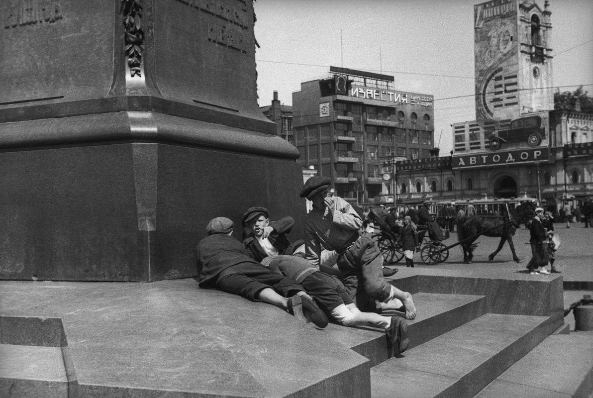 1932. Мальчики у подножия памятника А.С. Пушкину