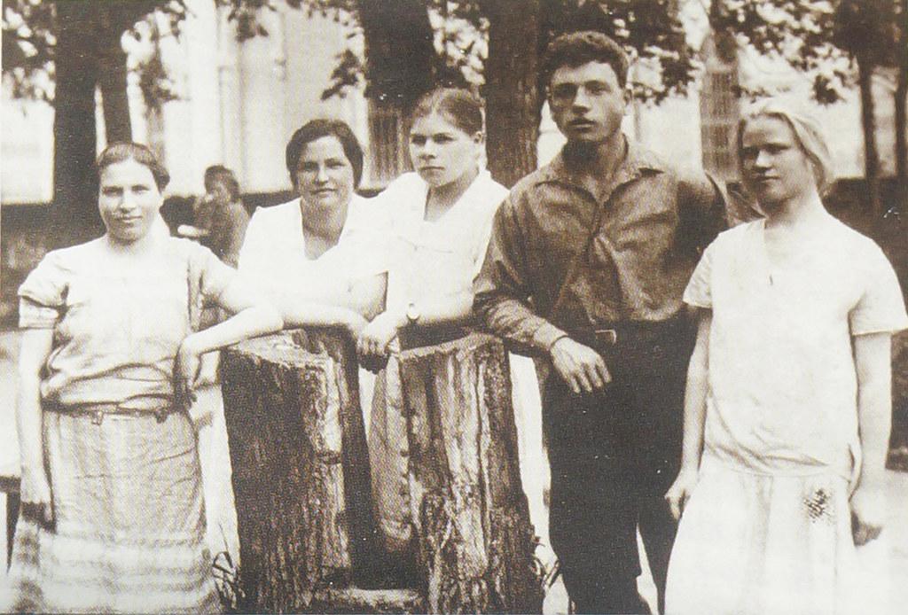 1930. Директор тонкосуконной фабрики А.М. Маркова (третья слева) с работницами. Ивантеевка