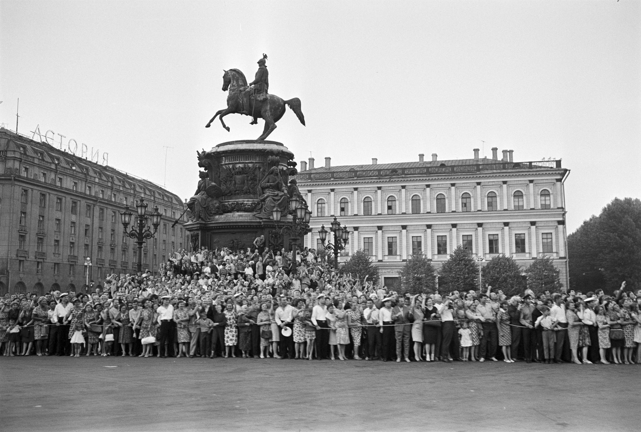 Ленинградцы встречают Шарля де Голля
