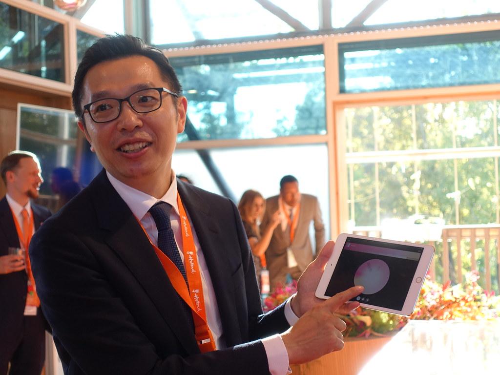 台灣昕諾飛總經理余泳濤示範照片控制系統。賴品瑀攝。