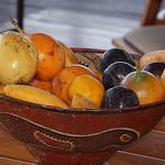 Obstkorb auf dem Frühstückstisch in der Sacha Lodge