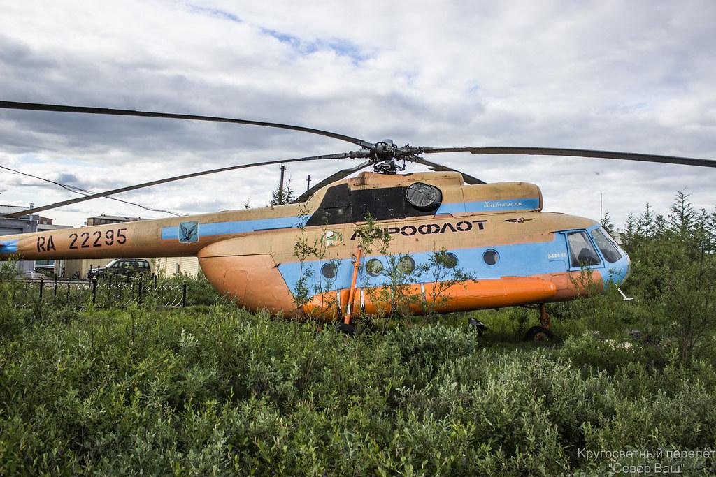 Ми-8 памятник в Хатанге, постепенно заростает кустарником
