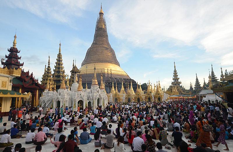Para umat Buddhis mengunjungi Stupa Shwedagon dalam perayaan Hari Abhidhamma dan awal Kathina 2562 EB di Yangon, Myanmar, Rabu (24/10/2018)