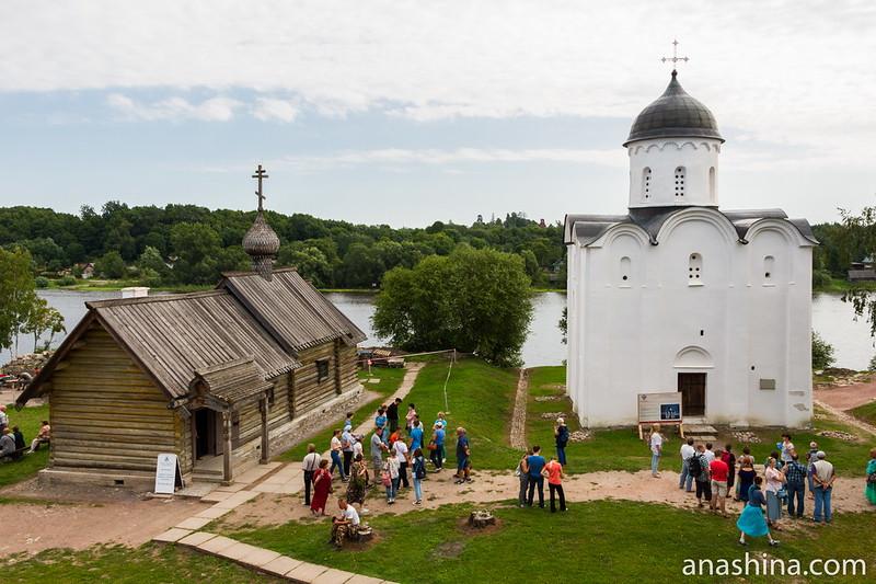 Летняя церковь Святого Георгия (конец XII века) и теплая деревянная церковь Димитрия Солунского (1901 год) в Ладожской крепости