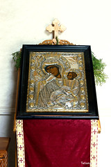 Икона Богоматери с Христом перед входом в храм