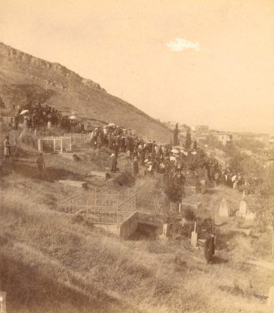 Процессия на католическом кладбище