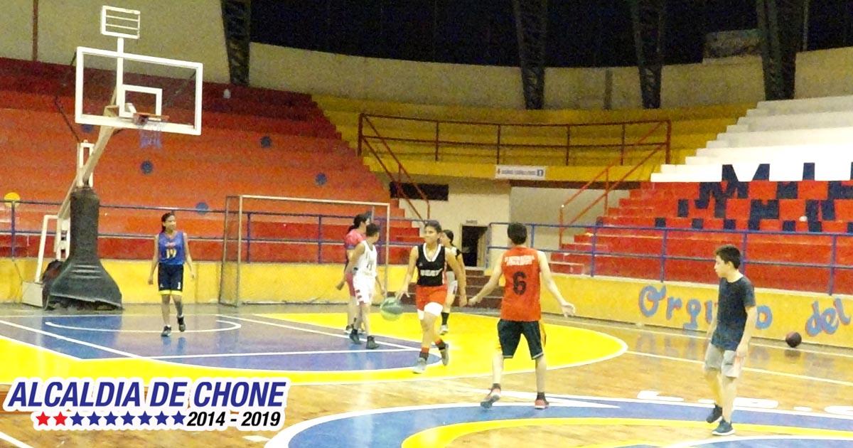 Jóvenes de Chone tienen un espacio en la disciplina de baloncesto