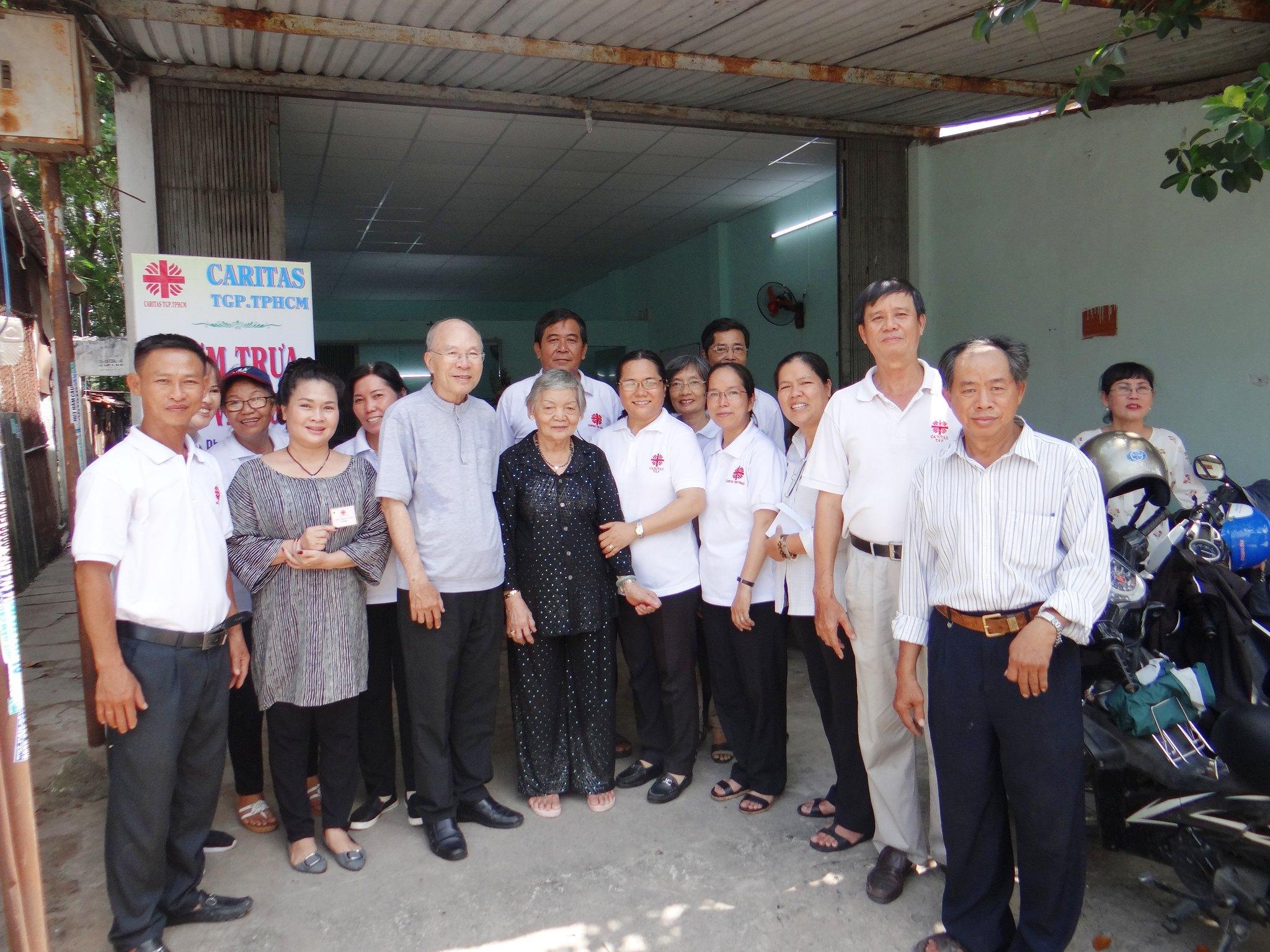 Thành viên tham dự khai trương quán cơm sinh viên 5000đ