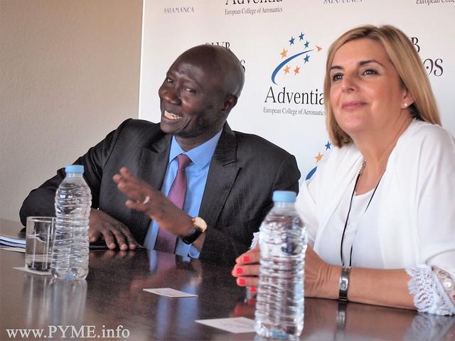 El general del ejército senegalés Birame Diop, junto a la presidenta de la Escuela de Pilotos Adventia, Carmen Rodrigo.