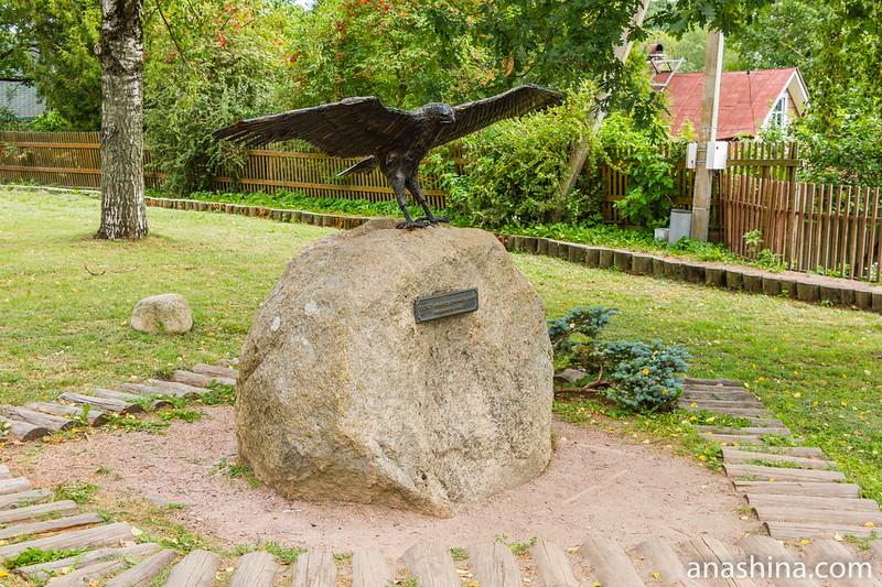 Скульптура «Атакующий сокол», Старая Ладога