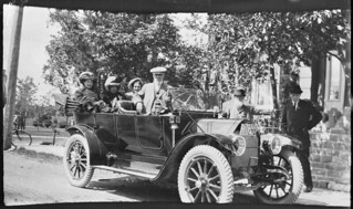 David Gillies and family members sit in a Packard automobile with licence plate 11288, Carleton Place, Ontario / David Gillies et des membres de sa famille assis dans une automobile Packard dont la plaque d'immatriculation est 11288, Carleton Place (