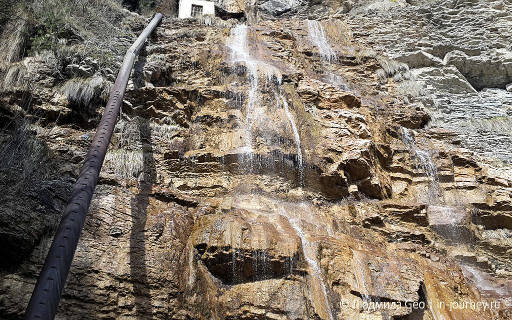 водопад Учан-Су с трубой рядом