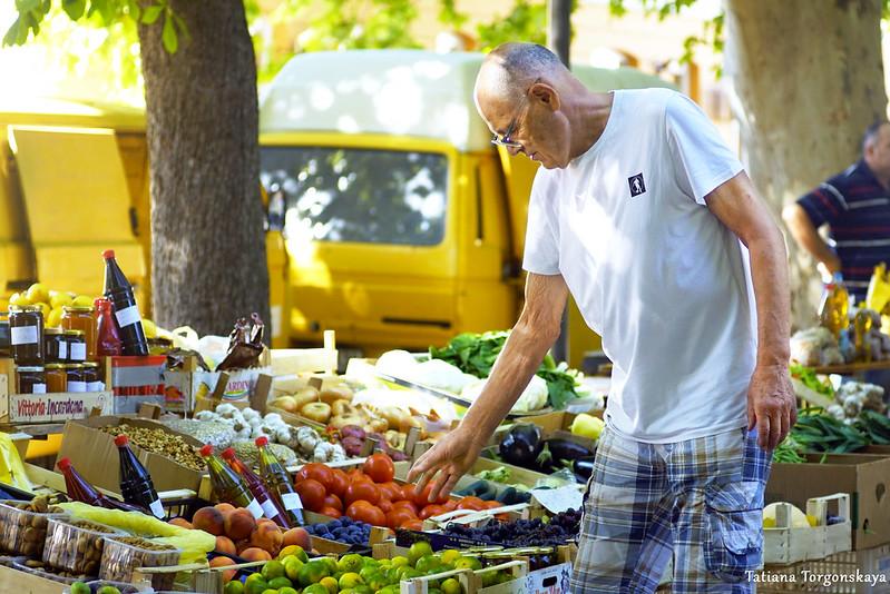 Выбор товаров на рынке в Требине
