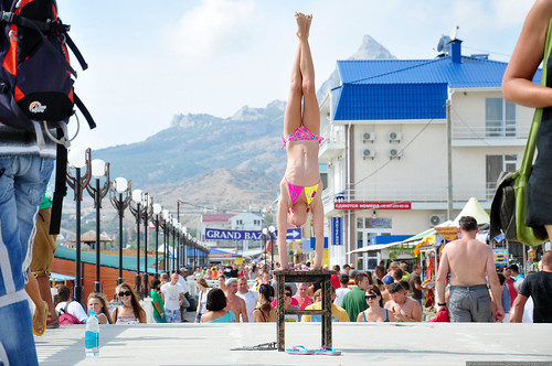 Девочка гимнастка на пляже