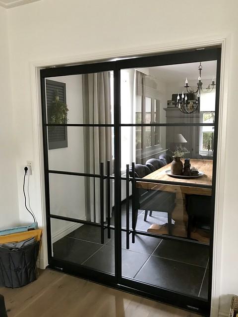 Zwarte stalen deuren landelijk interieur