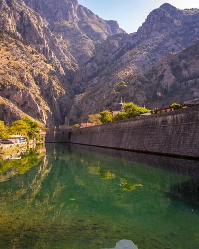 fotoreise travelwithpavel venizanischehandelsstadt buchtvonkotor montenegro unescoweltkulturerbe nordtor wassergraben stadtmauer kotor