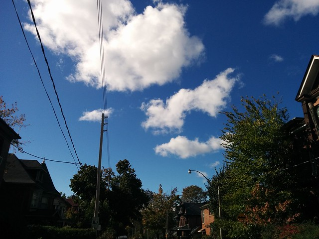 Gorgeous fall day, west on Dewson #toronto #dufferingrove #dewsonstreet #fall #autumn #blue #sky #white #clouds