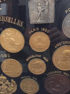Le Médaillier Medal shield closeup 1