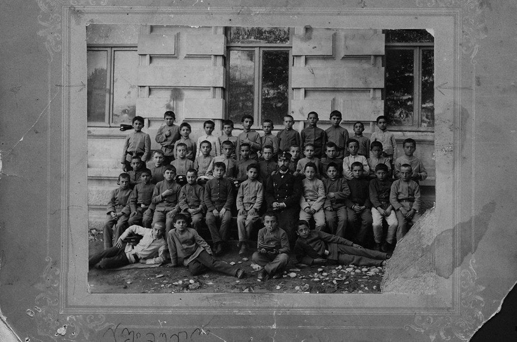 Маяковский с учащимися 1-го класса Кутаисской гимназии. 1903