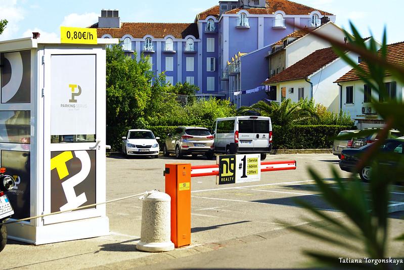 """Парковка возле отеля """"La Roche"""" в Тивате"""